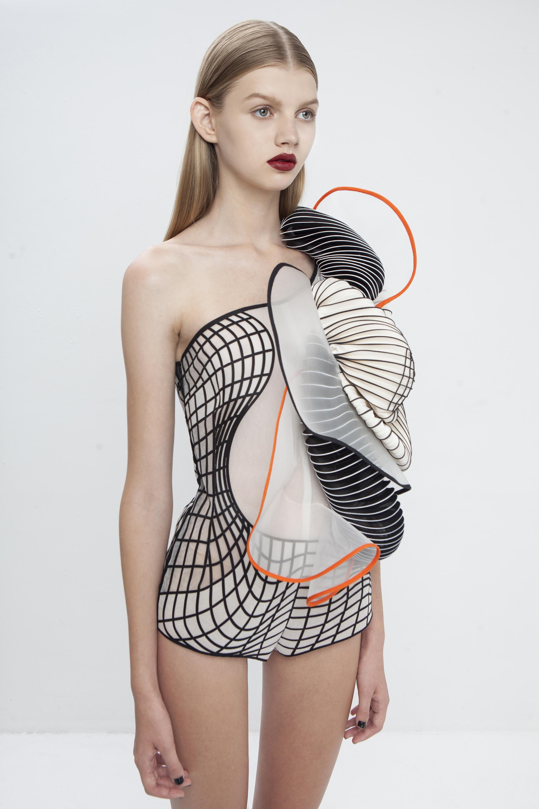 Body - Coleção Hard Copy, de Noa Raviv. Seda, poliéster, algodão e elementos impressos em 3D.