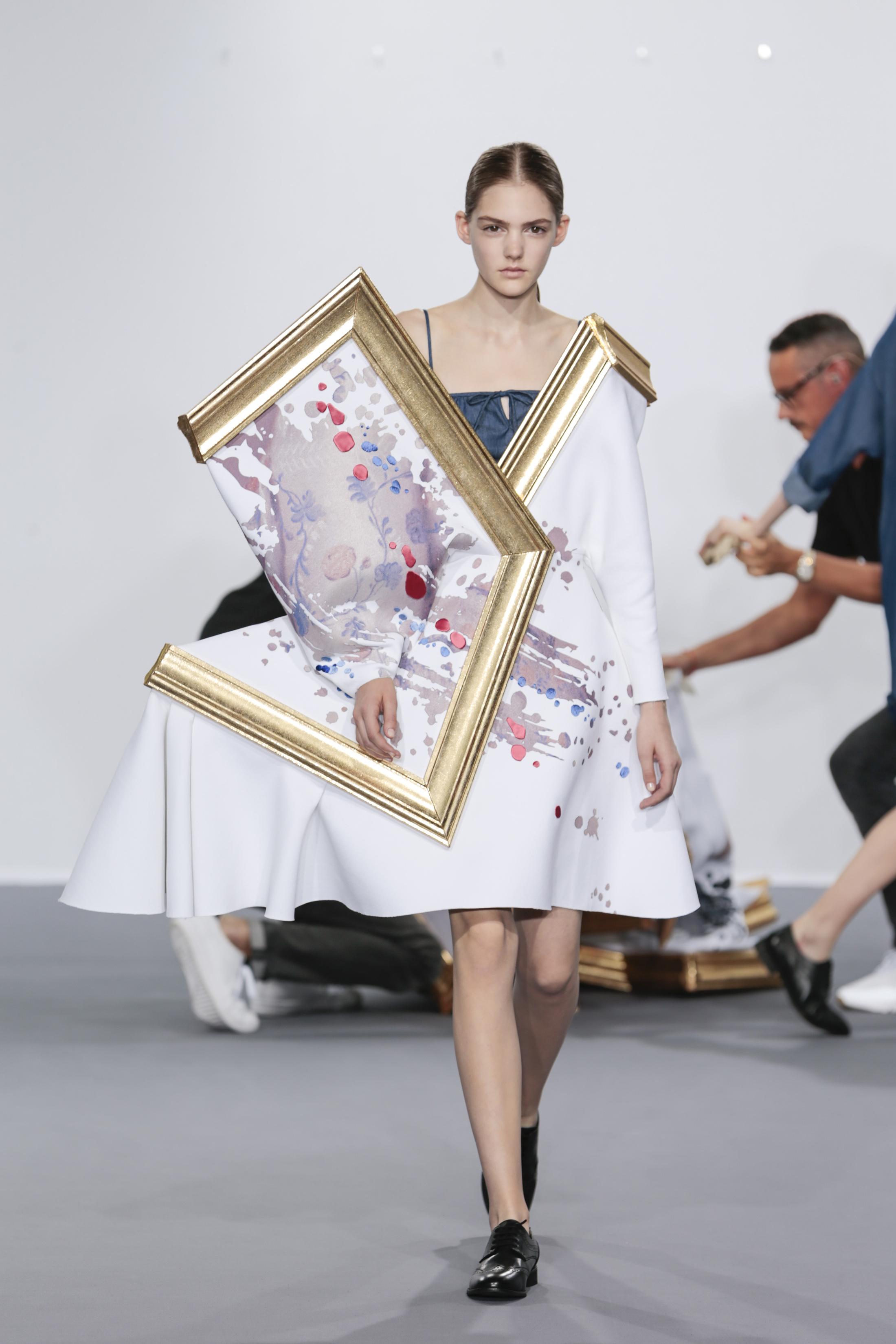 Madison, Viktor & Rolf Haute Couture, Autumn/Winter 2015, Wearable Art. Crepe de seda, tecido digitalmente estampado com filme prateado, jacquard cortado a laser, denim
