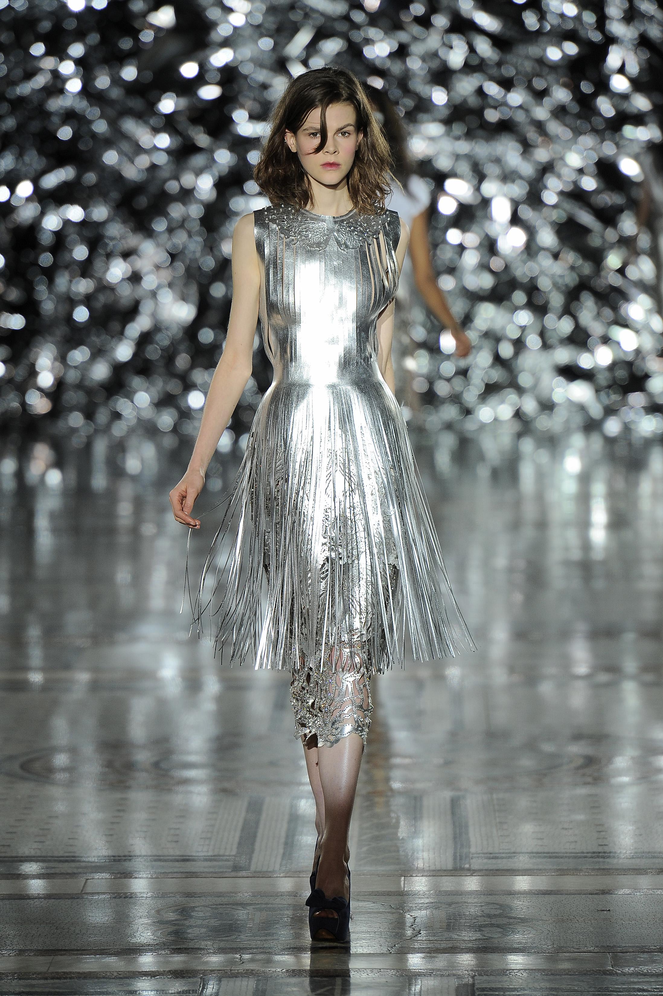 Vestido de couro metálico com franjas. Design: Giles Deacon, 2014. Couro, cristais Swarovski