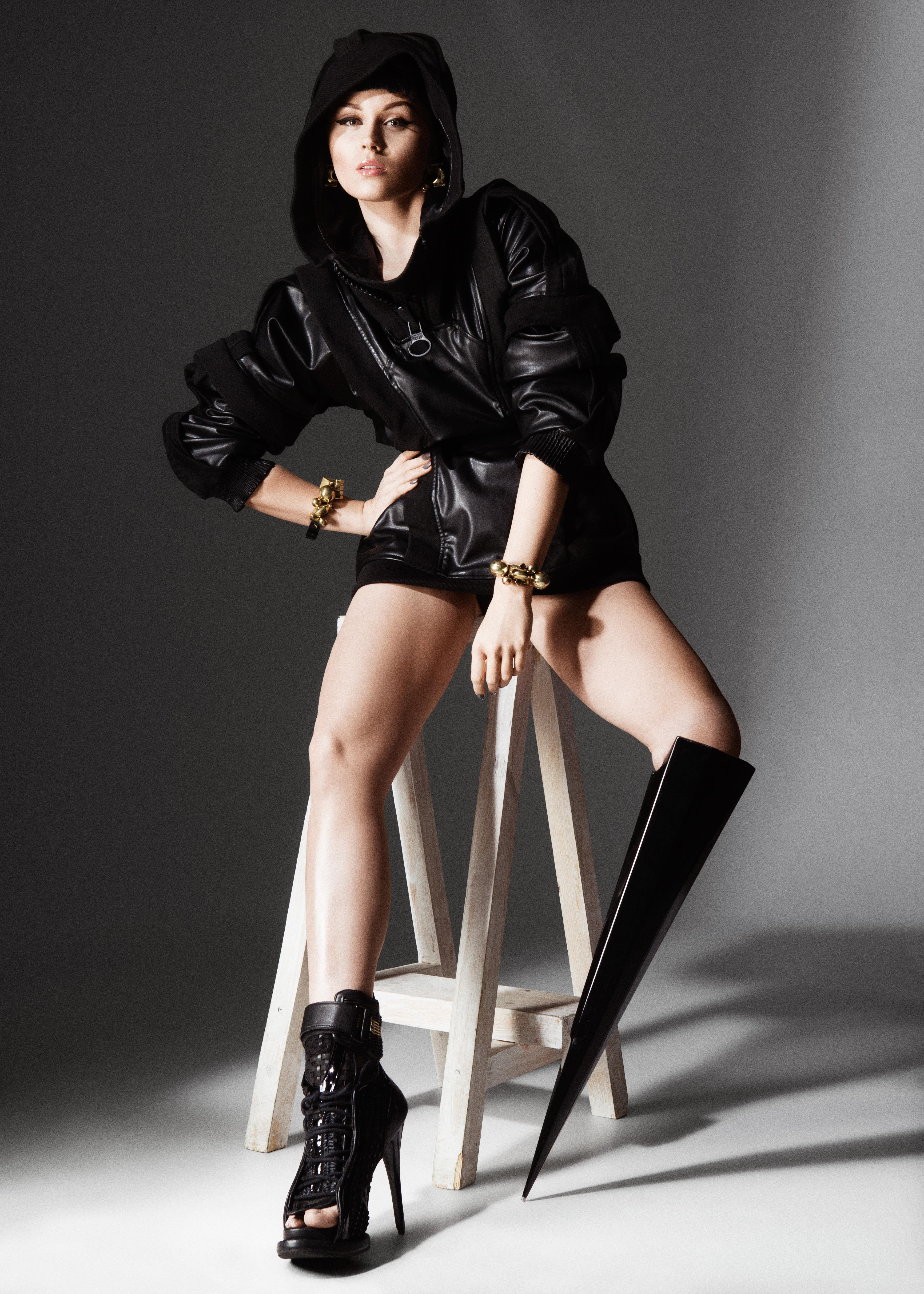"""A artista Viktoria Modesta veste """"The Spike"""", perna biônica criada por Sophie de Oliviera de Barata, do Alternative Limb Project"""